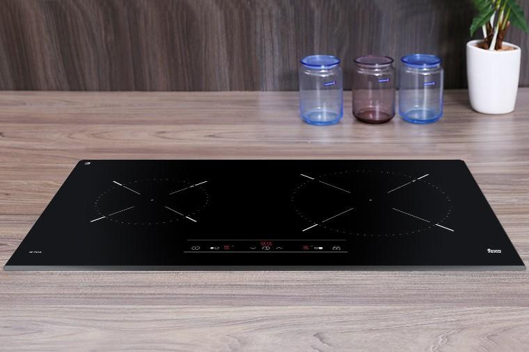Bếp từ âm Teka IZ 7210 sở hữu mặt kính Ceramic đen sang trọng