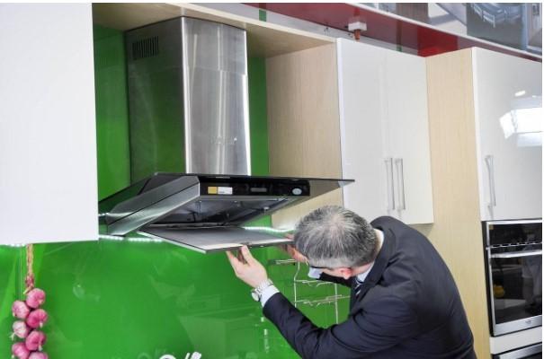 Vệ sinh máy hút mùi giúp máy hoạt động ổn định