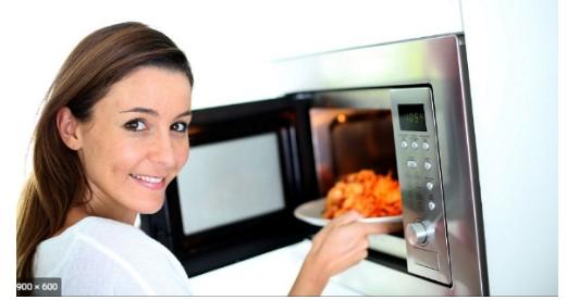 sử dụng lò vi sóng Teka để hâm nóng thức ăn