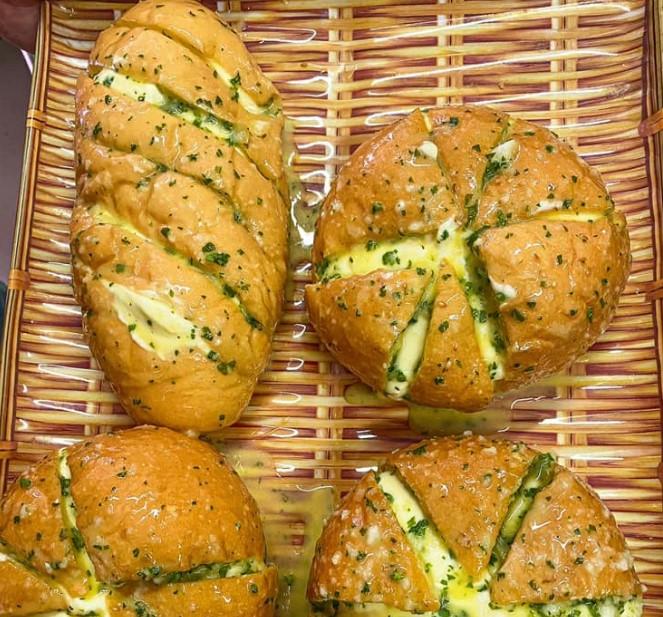 Thành phẩm bánh mì bơ tỏi sốt phô mai