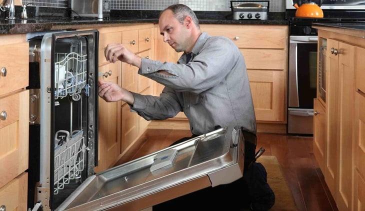 Nên nhờ thợ lắp đặt chuyên nghiệp cho máy rửa bát của bạn