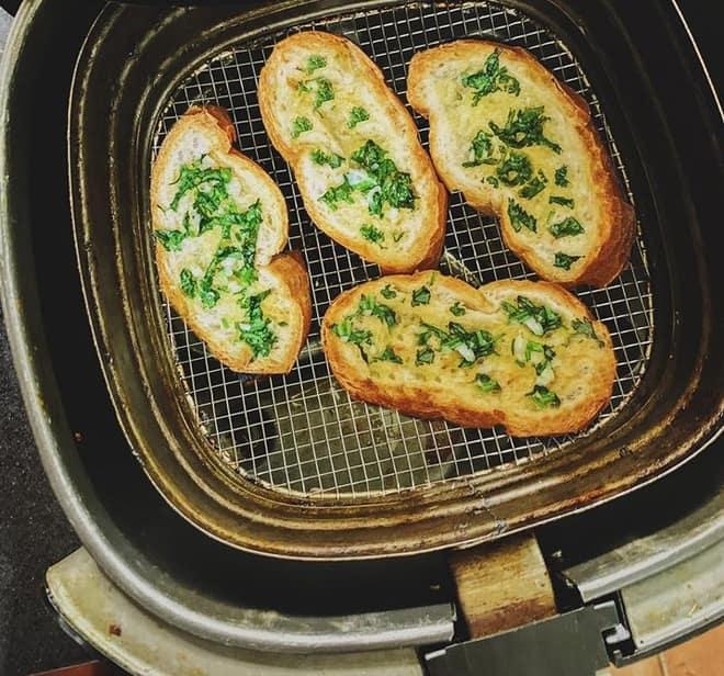 Chiếc bánh giòn rụm thơm ngậy mùi sốt bơ tỏi trong nồi chiên không dầu