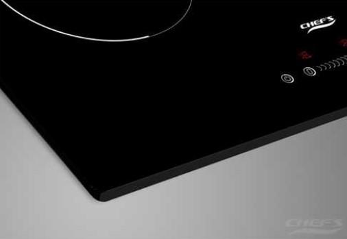 Mặt kính bếp từ sáng bóng, sắc nét cùng với bàn phím cảm ứng hiện đại