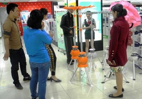 Nhân viên đang tư vấn cho khách tại một cửa hàng máy sấy quần áo ở Hưng Yên