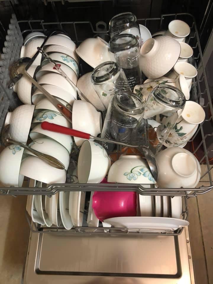 Bát đĩa được xếp quá nhiều trên khay máy rửa bát