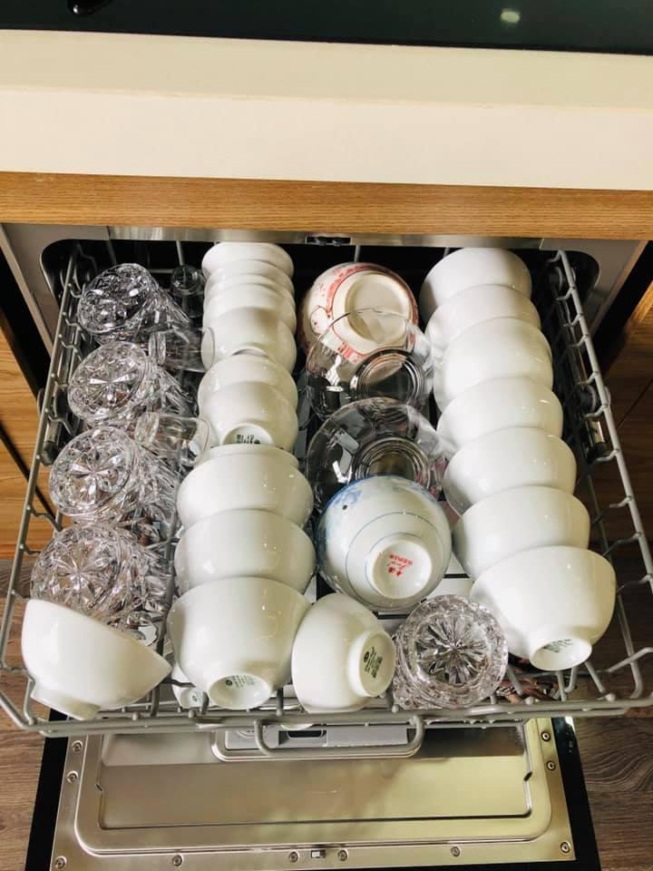 Bát đĩa, cốc chén phải được sắp xếp gọn gàng tránh chồng chéo lên nhau