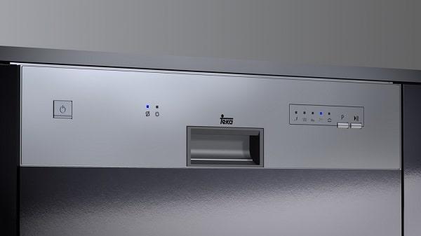 Bảng điều khiển cùng các nút phím của máy rửa bát