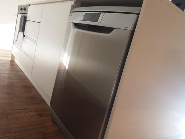 Máy rửa bát Teka LP9 850 có thiết kế dạng độc lập và vỏ bằng inox