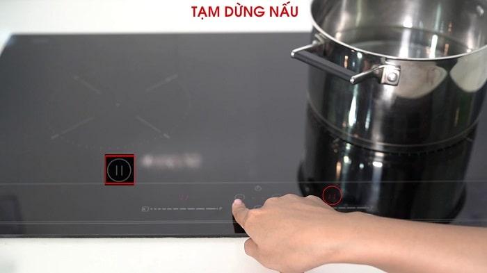 Ảnh sử dụng tính năng tạm dừng nấu trên Teka IBC 72300