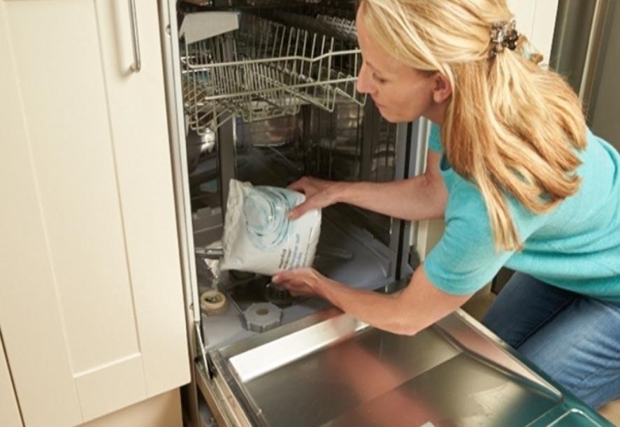 rắc muối vào máy rửa bát