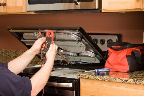 Ảnh kỹ thuật viên đo dòng điện của bếp từ Bosch PID651DC5E