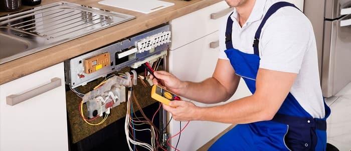 Ảnh kỹ thuật viên sửa chữa lò nướng Teka HLB 840