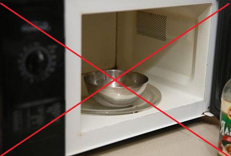 Không lên cho vật dụng bằng kim loại vào lò vi sóng