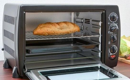 Khay nướng bằng kim loại sử dụng trong lò nướng