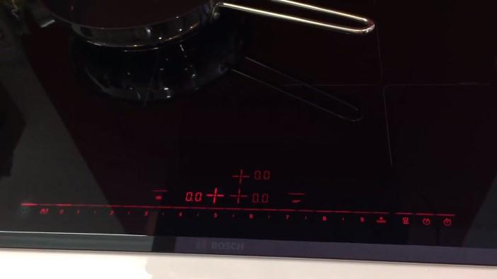 Hình ảnh thực tế bảng điều khiển bếp từPID775DC1E khi được bật lên