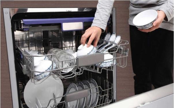 Máy rửa bát giải quyết mọi bát đĩa, xoong nồi bẩn một cách hiệu quả, nhanh chóng