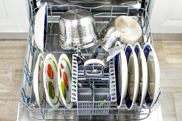 Sử dụng các chất tẩy rửa chuyên dụng cho máy rửa bát