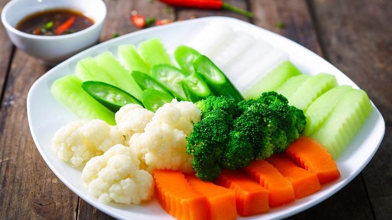 Đừng quên cho ít muối giúp rau giòn và xanh hơn