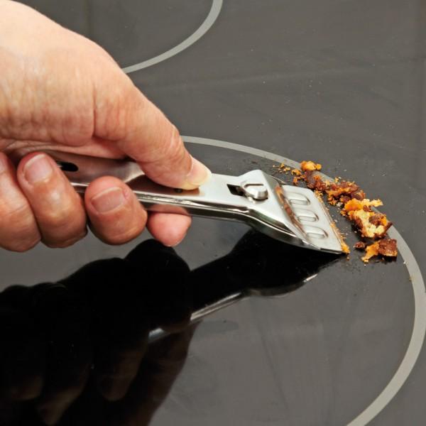 Đánh bay vết bẩn cứng đầu, khô cứng bằng dao cạo bếp từ