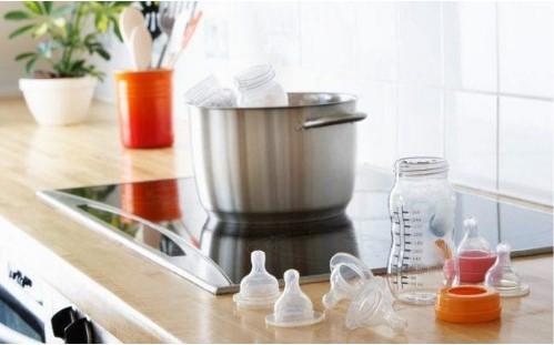 sử dụng phụ kiện kẹp bình sữa có chất liệu dùng được trong máy rửa bát