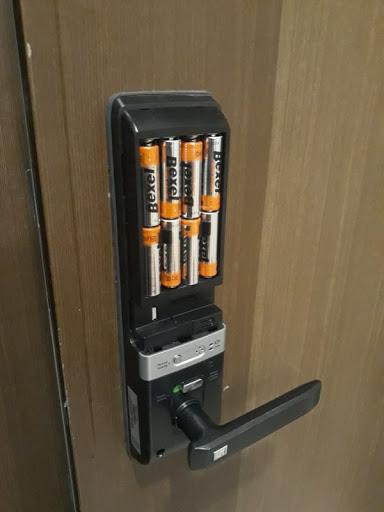 Khóa cửa vân tay dùng 8 viên pin để hoạt động