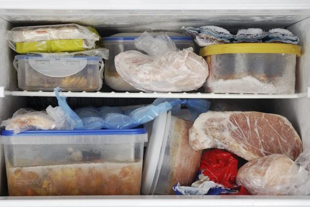 Thực phẩm trong ngăn đông tủ lạnh bị đông cứng lại dính liền với nhau
